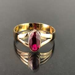 Ladies ring with ruby, approx. 1 carat. Yellow gold 585. Very nice.