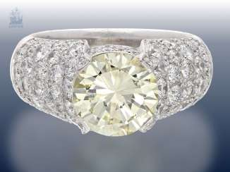Ring: exquisite and highly decorative gold wrought ring with a large colored diamonds of 3.05 ct with certificate