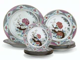 A SET OF TWELVE FAMILLE ROSE DISHES