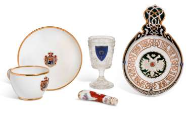 A GROUP OF PORCELAIN AND GLASS TABLEWARES