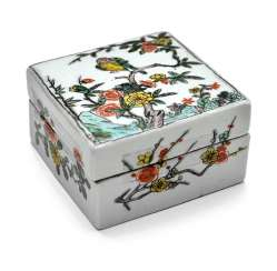 Square lidded box made of porcelain with a 'Famille verte'flower and bird decor