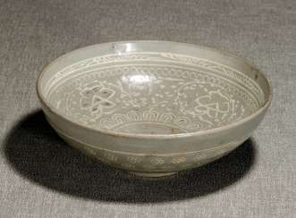 Celadon colors glazed round bowl with inlaid flower decor and Rankwerk
