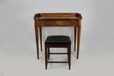 Kl. English writing Desk, mahogany with string inlay and front drawer