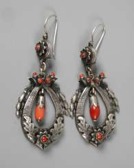 Pair of earrings with coral
