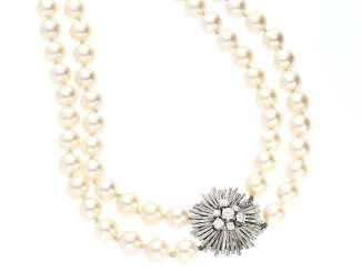 Chain: a very beautiful vintage Akoya pearl necklace with high quality brilliant clasp in 18K white gold