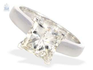 Ring: modern, white Golden gold wrought ring with a large diamond in the Princess Cut of 2.92 ct