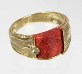 Ring with coral - yellow gold 333