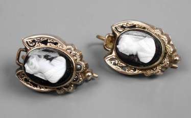 Pair of earrings with cameo