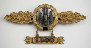 Front flying clasp for combat and fighter pilot, in Gold, with a pendant and use the number 1200.