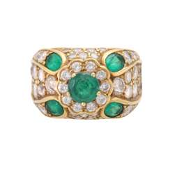 Ladies ring studded with 5 emeralds and diamonds together approximately 2,0 cts, TW-W/ VSI - PIQUE.