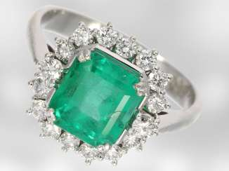 Ring: white, Golden emerald ring with brilliant-cut diamonds, total approx. 2,72 ct, 14K white Gold, the court jeweller and Roesner, NP DM 11400,- with original label