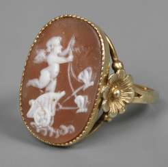 Ladies ring with cameo