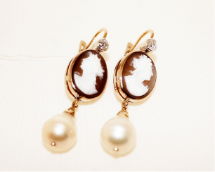 Earrings cameo with diamond and pearls