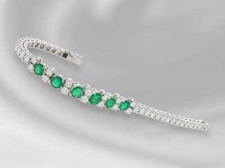 Bracelet: unique, extremely high-quality made and very decorative wrought gold bracelet with fine emeralds and brilliant-cut diamonds, together CA. 8,4 ct