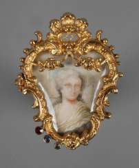 Fine brooch with ivory painting