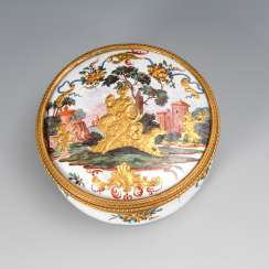 Round enamel anatomical snuffbox with hunting allegory from the workshop Fromery.