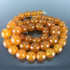 Amber olive necklace: light brown uniformly, Art Deco 1930, Baltic amber, gold plated Clasp, very good.