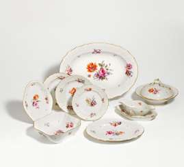 Dinner service for 12 people with floral decoration