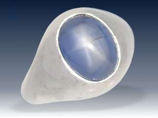 Ring: classic, solid vintage band ring with large star sapphire of 9,41 ct, 18K white gold