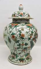 Lidded vase, porcelain, hand painted, China. 18. Century
