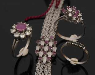 MIXED LOT OF RINGS AND A BRACELET WITH RUBIES