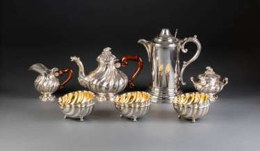 THREE-PIECE TEA SERVICE, LARGE WATER JUG AND SIX CUPS