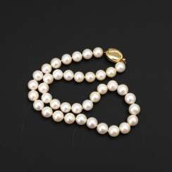 Short cultured pearl necklace with Decorative lock.
