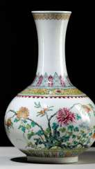 A 'Famille-rose'bottle vase made of porcelain with chrysanthemum and Gran apples