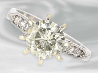 Ring: precious white Golden diamond/solitaire ring with a large center stone of approx 2.6 ct