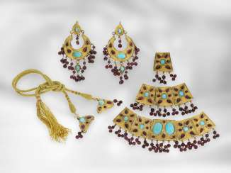 Earrings / necklace / ring: antique Indian jewelry set consisting of earrings, ring and necklace, with turquoise and garnet, foam gold and gold, 19th century