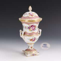 Lid vase with flower painting