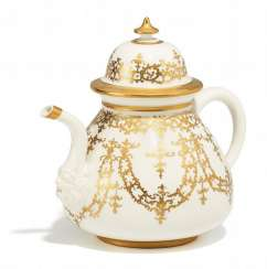 TEAPOT WITH GOLD TRIM AND MASK. Meissen. To 1725/30.