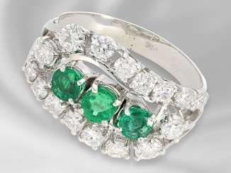 Ring: unusual carved and decorative vintage ladies ring with emerald and brilliant trim, crafted from 18K white gold