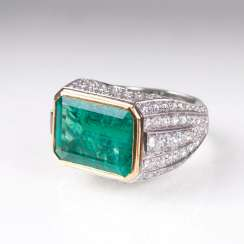 Exceptional emerald Ring with brilliant trim