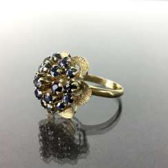 Dear ladies ring with sapphires, yellow gold 585, flowers shaped face side, with 19 sapphires in three stages, around 1900.