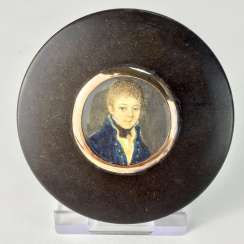 Exceptional round tortoiseshell box with ivory miniature, Portrait of a courtly young man, gold mount, 1800.