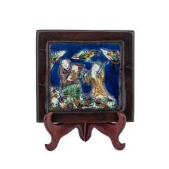 Famille verte porcelain plate in wood frame. CHINA, 19. Century.