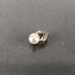 Classic pendant with diamonds and pearl, yellow gold 333 gold and white gold 585.