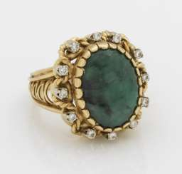 Entourage ring with emerald