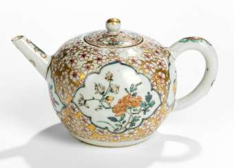 Small bullet-shaped teapot, with decoration of flowers in eight passigen cartridges