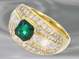 Ring: high-quality and very decorative-made gold cocktail ring, studded with diamonds/diamonds, and very fine emerald, 18K Gold