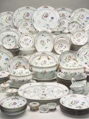 A CHINESE EXPORT FAMILLE ROSE PORCELAIN DINNER SERVICE