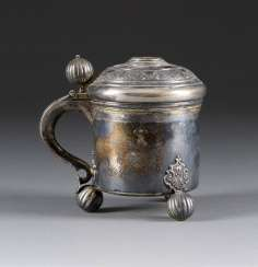 LID TANKARD WITH INTEGRATED COIN
