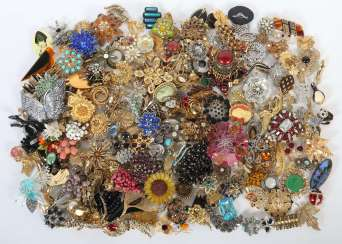Mixed lot of fashion jewellery-brooches (approx. 250 pieces) 2. Half of the 20. Century, including metal, approx. 250 pieces in tin can. Part. Age and signs of wear. No guarantee on completeness.