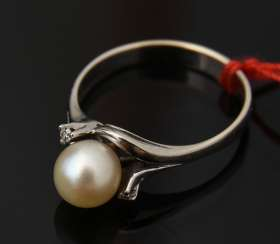 Ladies ring 2, 750 WG with solitaire pearl, 20. Century