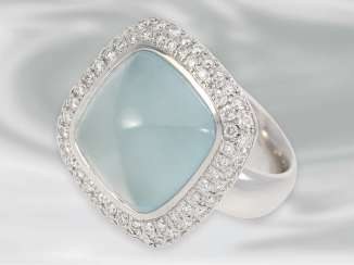 Ring: attractive, new gold wrought ring with a beautiful aquamarine and numerous brilliant-cut diamonds of approximately 1ct, crafted from 18K white gold