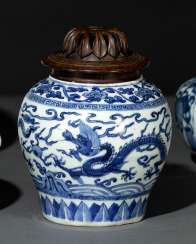 Shoulder pot made of porcelain with underglaze blue dragon decoration and Lingzhi, wood lid