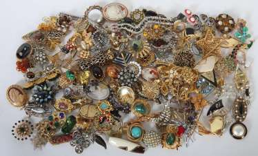 Mixed lot of fashion jewellery-brooches (around 150 PCs) 2. Half of the 20. Century