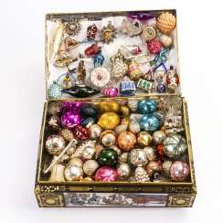 Mixed lot of Christmas tree decorations in a tin box