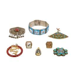 8-piece mixed lot of jewelry. CHINA, 20. Century.